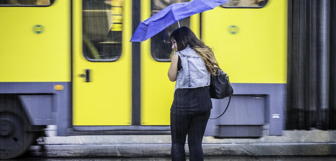 Inconnue au parapluie devant le tram (Berlin)